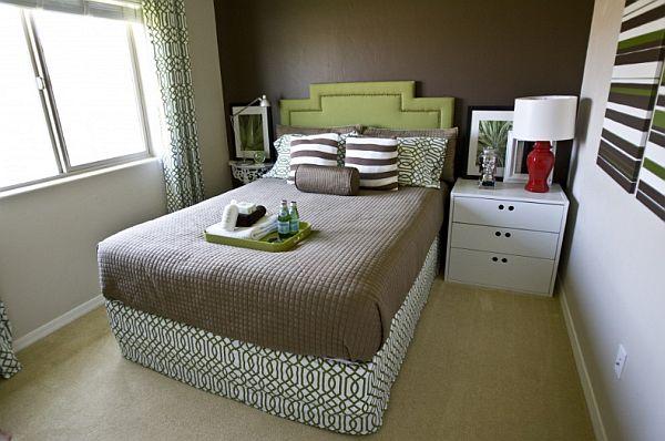 tiny bedroom furniture arrangement