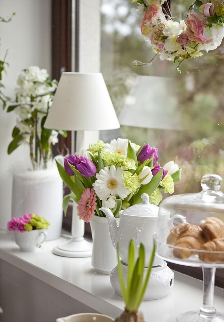 daisy and tulip flower arrangement in a vase